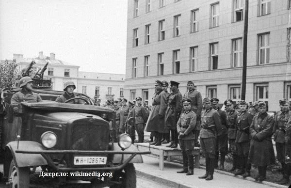 """Спільний радянсько-німецький парад у Бресті 22 вересня 1939 р. Минуло 5 днів після початку """"визвольного"""" походу Червоної армії. У 1989 році офіційні кола СРСР визнали справжнімі секретні домовленості з Гітлером, зокрема таємний протокол пакту Молотова-Ріббентропа. Півстоліття приховували правду від громадян Союзу"""